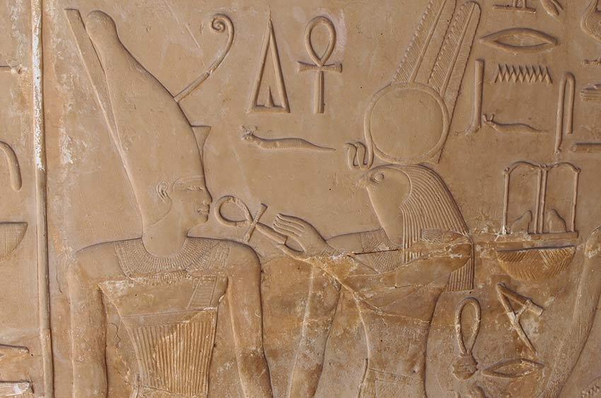 Der Kriegsgott Month hält dem Pharao Sesostris I. das ankh-Zeichen an den Mund und beschenkt ihn damit mit ewigem Leben.